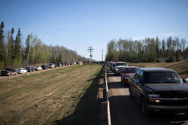 Des résidents de Fort McMurray font la file dans l'espoir de faire le plein d'essence après le lancement de l'ordre d'évacuation.