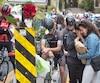 Des camarades et des proches de Clément Ouimet se sont écroulés en larmes vendredi alors qu'ils fleurissaient l'autel dédié à sa mémoire à l'entrée de la voie Camillien-Houde sur laquelle le jeune cycliste de 18 ans a été fauché par une voiture.