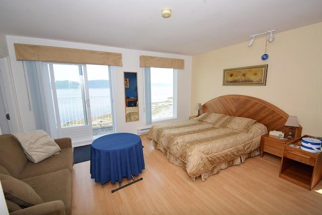 La chambre deluxe est vaste  et donne sur le fjord.