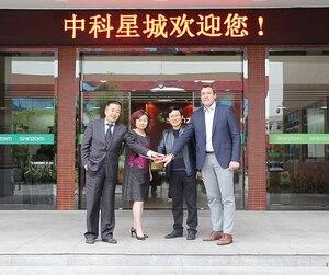 Au siège social de Shinzoom, à Changsha. De gauche à droite: Tom Shen (Co-Harvest fund), Yu (Zhongke Electric), Tao Pi (directeur général de Hunan Zhongke Shinzoom) et Éric Desaulniers (PDG de Nouveau Monde Graphite).