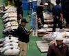 Acheteurs, travailleurs et encanteurs lors de la première enchère de thon du marché aux poissons de Toyosu, jeudi le 11 octobre 2018