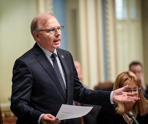 Jean-François Lisée a fait un parallèle entre son épinglette de parti politique, interdite en Chambre, et la kippa portée la veille par un député à l'Assemblée nationale.