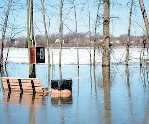 Un parc qui est situé en bordure de la rue Riviera, dans le quartier Laval-Ouest, a été inondé mercredi et il était inaccessible.
