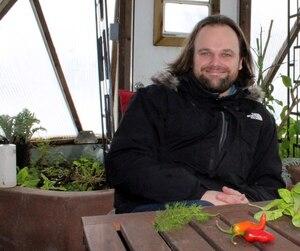 Patrick Lavoie, de Sainte-Ursule, en Mauricie, parvient à cultiver ses légumes en hiver grâce à une serre solaire qui, avec sa forme de dôme, capte et retient les rayons du soleil.