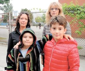 «Les suppléants ne sont pas assez sévères», disent Liam (à gauche) et Marek devant leur cour d'école. À l'arrière, leurs mères Sofie Barrette (à gauche) et Radka Racova disent manquer d'information pour les aider à rattraper le temps perdu.