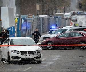Le conducteur du VUS gris de marque Mercedes, Erick Marciano, a utilisé son véhicule pour bloquer la route à un chauffard (voiture blanche) qui aurait pu happer des piétons à une intersection en fuyant les policiers de Montréal, mardi.