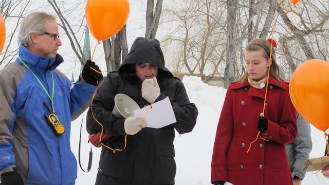 Les proches des victimes ont procédé à un lâcher de ballons en leur mémoire. Des mots ont été accrochés à certains.