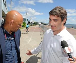 Jean-François Gosselin (à droite), aux côtés de Stevens Melançon, croit que séparer les piétons et les cyclistes sur les quais réglera «99% des problèmes» de sécurité.
