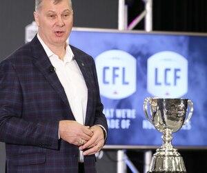 Le commissaire de la Ligue canadienne de football Randy Ambrosie refuse de faire le lien entre les commotions et l'encéphalopathie traumatique chronique (ETC).