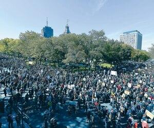 Une foule colossale de milliers de personnes – de 20 000 à 30 000, selon les organisateurs – s'est massée devant l'Assemblée nationale avant de prendre la direction des rues Saint-Louis, Saint-Jean et Cartier. Plusieurs organisations et cégeps ont suspendu leurs activités pour l'occasion.