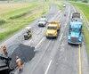 La dernière étude sur les coûts de construction des routes au Québec a été publiée en 2010 par le ministère des Transports. Sur cette photo, on voit des travaux de colmatage effectués la semaine dernière sur l'autoroute30 à Varennes, en Montérégie.