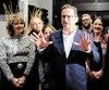 Yves-François Blanchet a conclu une longue journée de campagne dans un resto-bar de Beaupré, près de Québec, où une quarantaine de militants l'attendaient. À droite, Caroline Desbiens, candidate dans Beauport–Côte-de-Beaupré–Île-d'Orléans–Charlevoix.