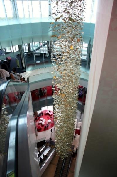 Le mobile dans l'entrée a été conçu par l'artiste montréalaise Pascale Girardin.