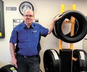 François Ménard, du Centre du pneu usagé de Warwick, réparait chaque jour des bris causés par les nids-de-poule sur la 116, cet hiver.