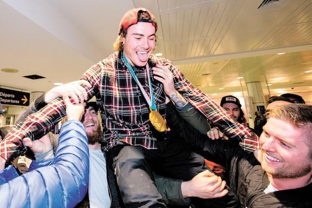 Médaillé d'or au Big Air, Sébastien Toutant a été porté en triomphe par ses proches.
