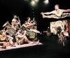 Scotch & Soda, un spectacle festif qui promet de plaire aux amateurs de cirque et de jazz, met en vedette cinq musiciens et cinq acrobates.