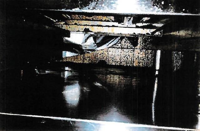Les murs et les parois des appareils de cuisson étaient souillés de gras jauni et noirci.