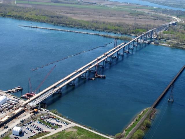 Sa hauteur impressionnante de 38,5 mètres permettra le passage des bateaux dans la voie maritime. La construction de son tablier long de 2,5 kilomètres se poursuivra, cet été, à l'aide d'immenses modules préfabriqués amenés sur la rive.