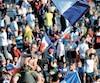 Ce supporter s'est juché sur un lampadaire de Tours, en France, pour célébrer comme il se soit la victoire des Bleus.
