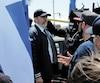 Guy Nadon recevant les directives de Ricardo Trogi dans la série <i>La Maison Bleue</i> lors d'une scène tournée au Quai Paquet à Lévis.