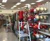 Dans ce magasin à 1$ de la rue Ontario, on installait la marchandise de Noël le 10 septembre.