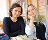 Catherine Lavarenne (gauche) avec sa fille Elizabeth Seliger, 15 ans. «Je le vois, que l'école publique a besoin d'amour», dit MmeLavarenne, qui a vu des élèves issus du secondaire en arracher quand elle était enseignante au cégep il y a quelques années.