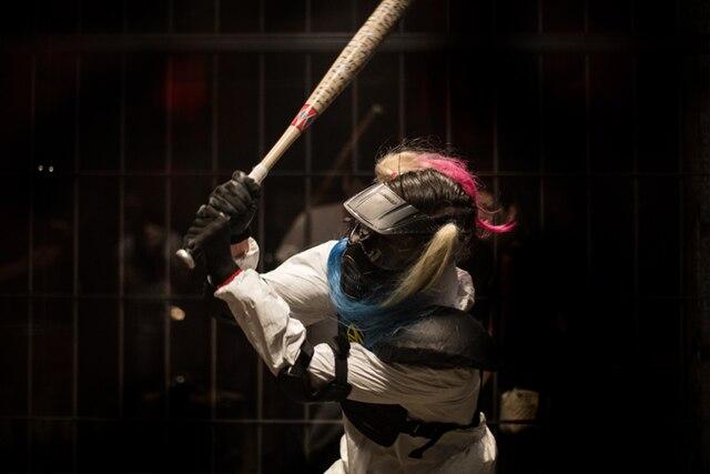 Une participante laisse libre cours à sa frustration dans la « Cage à rage »