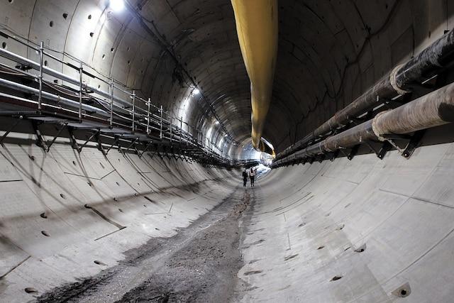 À Nice, une nouvelle ligne a été inaugurée à l'été2017 et l'une des parties passe aussi par un tunnel que l'on voit en construction.