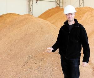 Le dg d'Airex Énergie, Sylvain Bertrand, reçoit des tonnes de fibre de bois chaque jour pour fabriquer les produits de biomasse.