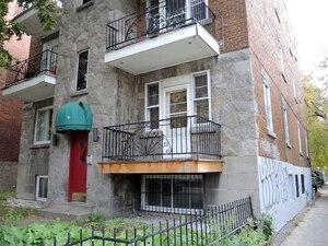 Derrière l'édifice à logements situé au 2150, Saint-Joseph Est se cache un passé méconnu. Le logement nº 8 a servi d'adresse à deux entreprises qui ont fait affaire avec le CUSM, mais dans les faits, l'appartement nº 8 n'a jamais existé, il n'y a qu'une boîte postale à ce numéro.