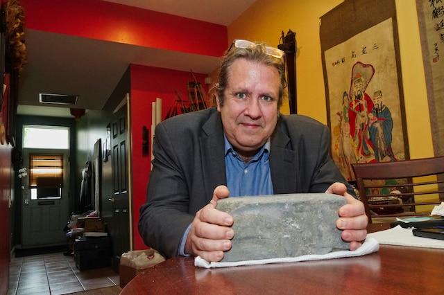 Le citoyen Éric Faille se préoccupe du sort des pavés en granit qu'on trouve sous l'asphalte de plusieurs chantiers.