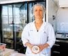 La maître-fromagère Nathalie Beil tient dans ses mains son camembert L'Extra dans son atelier de Saint-Hyacinthe, hier.