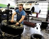 On s'activait à équiper les retardataires de pneus d'hiver mardi chez Desharnais Pneus et Mécanique. Pour répondre à la demande, chacun des cinq ateliers du groupe a dû doubler ses effectifs, passant de 50 employés à une centaine.