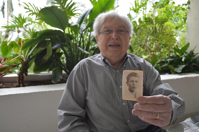 Photo d'identité de Paul Herczeg pour un camp de personnes déplacées, prise trois mois après la libération, en juillet 1945.