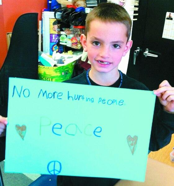Cette photo du petit Martin est rapidement devenue virale. Il avait fait cette pancarte à l'école l'année dernière avec un camarade de classe.