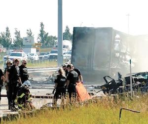 Pompiers, policiers et paramédics ont eu fort à faire à la suite de cette collision qui a généré un vif incendie et fait quatre morts.