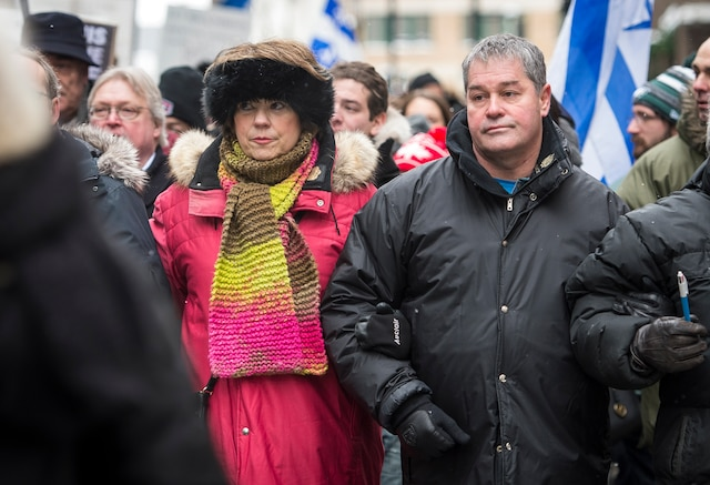 Hélène David (députée libérale d'Outremont) et Yves Bolduc (Ministre de l'Éducation, du Loisir et du Sport et ministre de l'Enseignement supérieur, de la Recherche et des Sciences du Québec) lors du rassemblement de plusieurs milliers de personnes dans les rues du centre-ville de Montréal pour une marche silencieuses