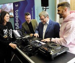 Le maire Régis Labeaume s'est improviséDJ, sous le regard amusé d'Anne Hudon et de Louis Bellavance, du nouveau festival Toboggan, ainsi quedu DJ de Québec, Max-E.