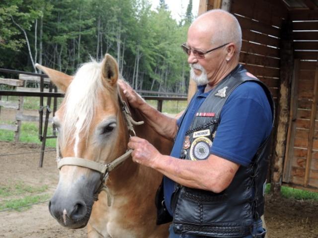 Réal Beaudoin est un vétéran du Royal 22eRégiment. Il a participé au projet pilote d'Équi-Sens qui vient en aide aux anciens combattants.