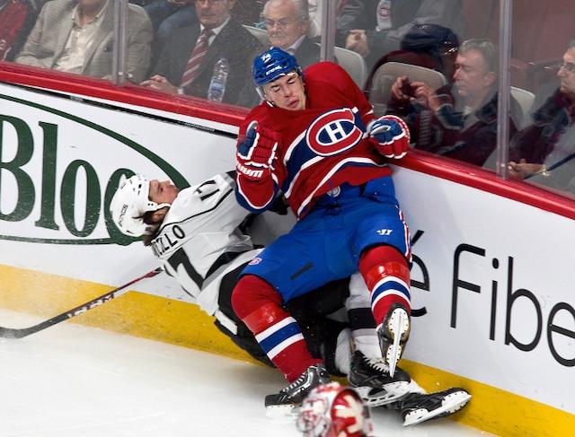 Mise en échec de (74) Alexei Emelein sur Daniel Carcillo en première période lors du match opposant les Kings de Los Angeles et le Canadien de Montréal au centre Bell.