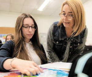 Même avec plus de 2500 élèves, les enseignants et la direction de la Polyvalente de Saint-Jérôme réussissent à offrir un encadrement individualisé à chacun d'eux, ce qui fait une réelle différence dans leur parcours.