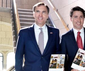 Le ministre des Finances, Bill Morneau, tient en main son budget, aux côtés du premier ministre Justin Trudeau.