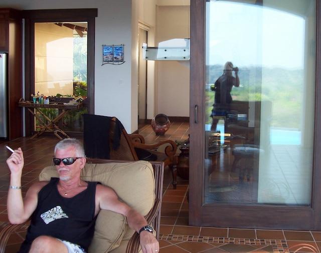 Ian Davidson lors d'un séjour dans le condo de son frère au Costa Rica. On ignore l'identité de la femme dont on voit le reflet dans la vitre à droite.