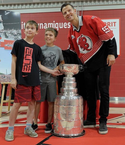 Moment inoubliable pour ces deux jeunes garçons, qui ont pu toucher le précieux trophée en plus de se faire photographier avec Alex Chiasson.