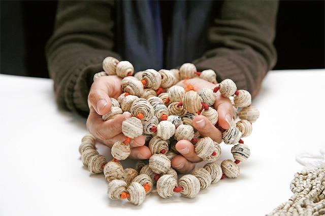 Pearls (2005) de Simryn Gill<br /> L'artiste demande à des amis intimes de lui donner leur livre favori, duquel elle extrait les pages qui servent à confectionner des perles et un collier qu'elle leur rend par la suite.