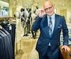 Larry Rosen, président et chef de la direction des magasins de luxe Harry Rosen, estime que Montréal est une ville prospère. L'homme d'affaires était de passage hier soir à Montréal pour inaugurer son magasin rénové du centre-ville.