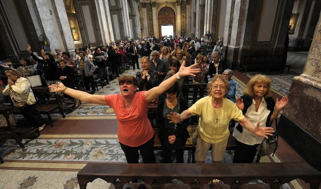 Réaction des fidèles dans la cathédrale métropolitaine de Buenos Aires après l'annonce du nouveau pape argentin