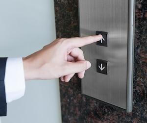 Man pressing elevator button Bloc ascenseur