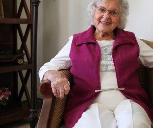 À 100 ans, Benita Welebir est une force de la nature. Complètement autonome, elle vit encore dans son appartement et a une vie sociale active.