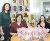 De gauche à droite: les bénévoles Christine Moreau, Mélanie Champagne, Michaëlle Gill et David De Freitas montrant une partie des gâteries qui seront distribuées à des enfants pris en charge par la Direction de la protection de la jeunesse de Montréal.